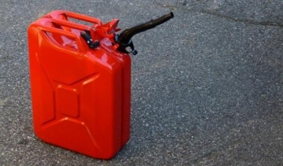 Ở Greenland, bạn mua được một lít xăng.
