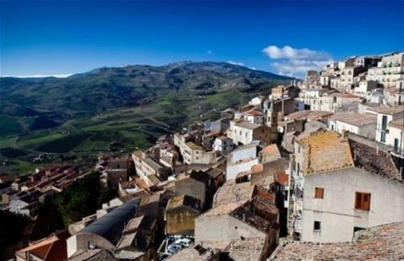 Nếu đến thị trấn Gangi của Italy, bạn có thể mua được cả 1 ngôi nhà.