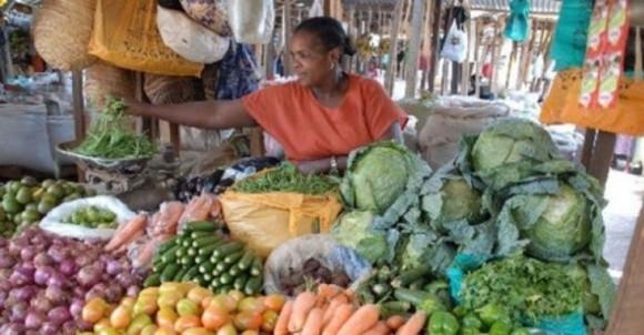 Ở Kenya, 1 đô la mua được 8 nhánh cải xoăn, 4 trái cà chua, 4 củ hành.