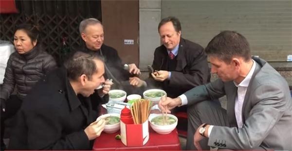 Các đại sứ châu Âu ở Hà Nội cũng yêu phở đến thế này cơ mà!(Ảnh: Internet)