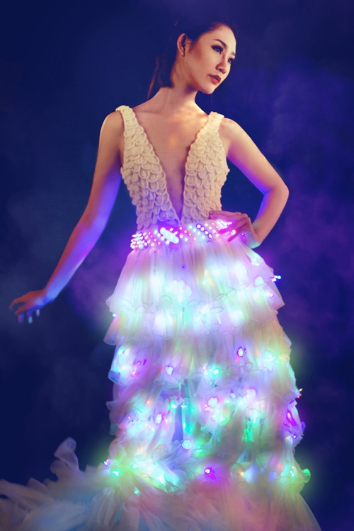 Người mẫu Trà My từng thực hiện một bộ ảnh thời trang với chiếc váy phát sáng rực rỡ sắc màu. Chất liệu làm nên bộ trang phục này chắc chắn sẽ khiến nhiều người bất ngờ: đó chính là bao cao su.