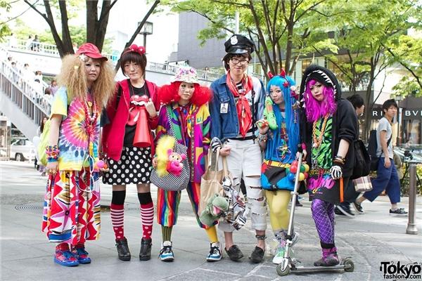 Ngắm thời trang dị thường ở Harajuku và Akihibara: Đây là hai khu vực nổi tiếng với những người mê thời trang và cosplay (đóng giả nhân vật hoạt hình, truyện tranh) biểu diễn trang phục độc đáo của mình. Ở đây, việc nhìn ai đó chằm chằm không bị coi là bất lịch sự mà là điều bình thường, do nhiều người tới đây chủ yếu là để thể hiện bản thân. Họ làm những kiểu tóc cầu kỳ, đi giày siêu cao hay mặc những bộ đồ liền cá tính. Ảnh: Tokyofashion.