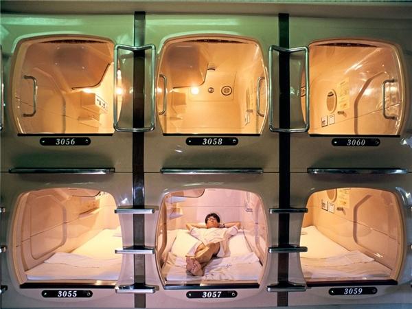 Nghỉ đêm trong khách sạn nhộng: Sau một ngày khám phá Tokyo, bạn có thể dừng chân và trải nghiệm khách sạn nhộng độc đáo. Tuy nhiên, các khoang ngủ này không dành cho người mắc chứng sợ không gian hẹp, do khá nhỏ, chỉ vừa đủ một người nằm. Giá của khách sạn nhộng thường rẻ hơn các điểm nghỉ đêm khác. Ảnh: CNTraveler.
