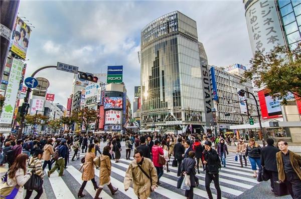 Sang đường ở Shibuya: Cảnh tượng người sang đường ở ngã tư nổi tiếng của Tokyo, trước ga tàu Shibuya, xuất hiện nhiều trên phim ảnh. Du khách có thể lên tầng 3 quán Starbucks cạnh đó để dễ dàng quan sát hơn. Ảnh: Thousandwonders.