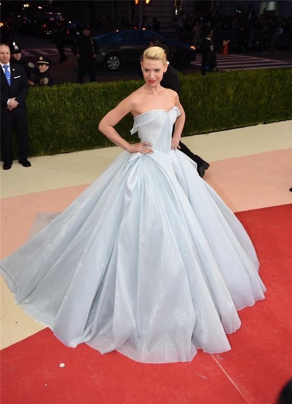 Chiếc đầm mà Claire Danes diện tại Met Gala năm nay thoạt nhìn thì hết sức bình thường với màu trắng tinh khôi.