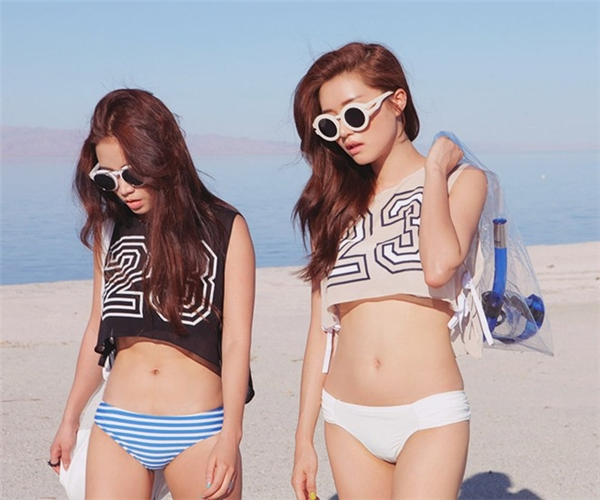 Crop-top phối bikini - công thức quen thuộc nhưng chưa bao giờ lỗi mốt.