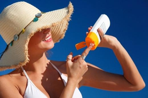 Khi buộc phải đi ra ngoài nên bôi kem chống nắng để bảo vệ da, nên hạn chế đi ra đường vào khung 10h sáng - 14h chiều. Ảnh minh họa.