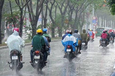 """""""Cơn mưa trời thương"""" khiến Sài Gòn dịu mát hơn vào trưa nay."""