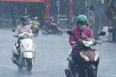Nhiều người nước ngoàisinh sống ở Tp.HCM tỏ ra thích thú vì cơn mưa tưới mát khí trời này.   Theo dự báo của Trung tâm khí tượng thủy văn Tp.HCM, từ giờ đến hết tuần sẽ có một số cơn mưa nhỏ diễn ra trên địa bàn thành phố. Tuy nhiên, đặc điểm của các cơn mưa này là mau nước và không kéo dài.