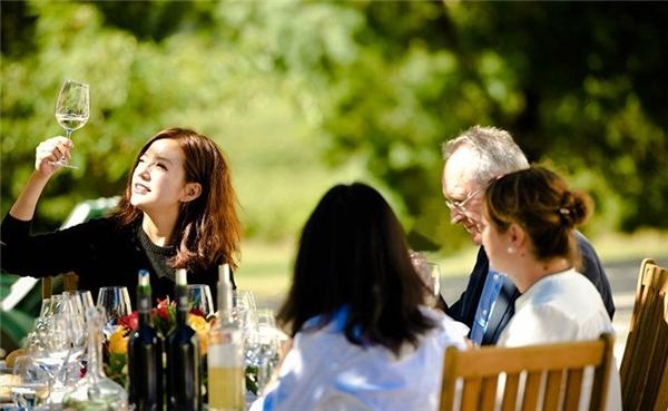 Triệu Vy mời các chuyên gia về thổ nhưỡng, sinh vật, rượu vang nổi tiếng cùng hợp tác. (Ảnh: Internet)