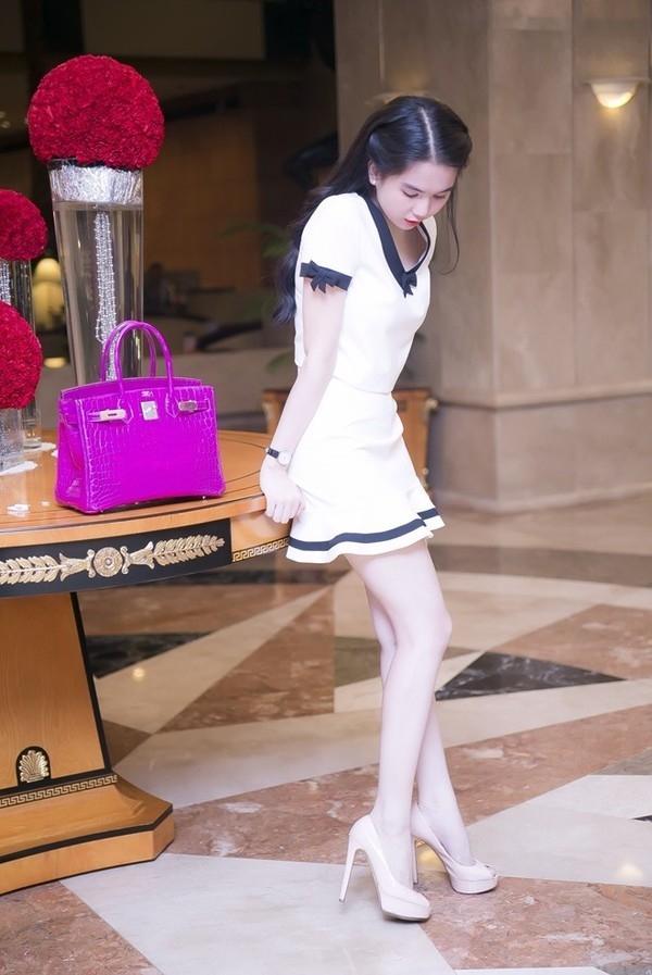 Ngọc Trinh sở hữu chiếc túi tương tự nhưng với sắc hồng tím ngọt ngào. Số tiền mà nữ hoàng nội y phải chi là khoảng 1,5 tỉ đồng.