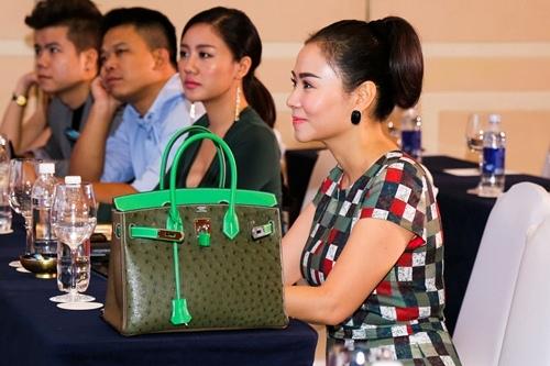 700 triệu là số tiền mà Thu Minh phải chi để sở hữu chiếc túi với hai tông màu xanh, xám lạ mắt.