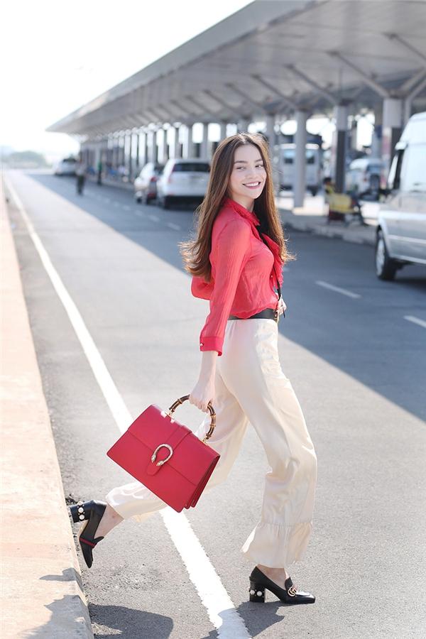 Điểm nhấn là đôi giày gót thô cùng túi xách đỏ với thiết kế cầu kì của thương hiệu Gucci. - Tin sao Viet - Tin tuc sao Viet - Scandal sao Viet - Tin tuc cua Sao - Tin cua Sao