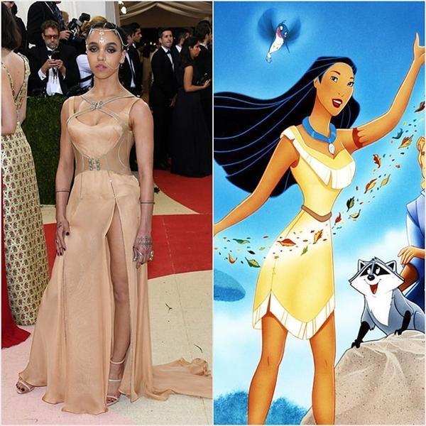 Cá tính, nổi loạn là những gì mà FKA Twigs mang đến qua bộ váy màu vàng đồng kết hợp những đường cắt xẻ táo bạo. Có thể thấy, phong cách này hoàn toàn trùng khớp với Pocahontas.
