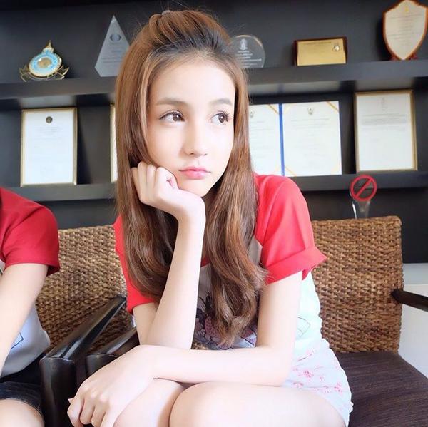 Nhiều người cho rằngYoshicòn xinh đẹp hơn cảNong Poy- gương mặt chuyển giới số 1 tại Thái.(Ảnh: Internet)