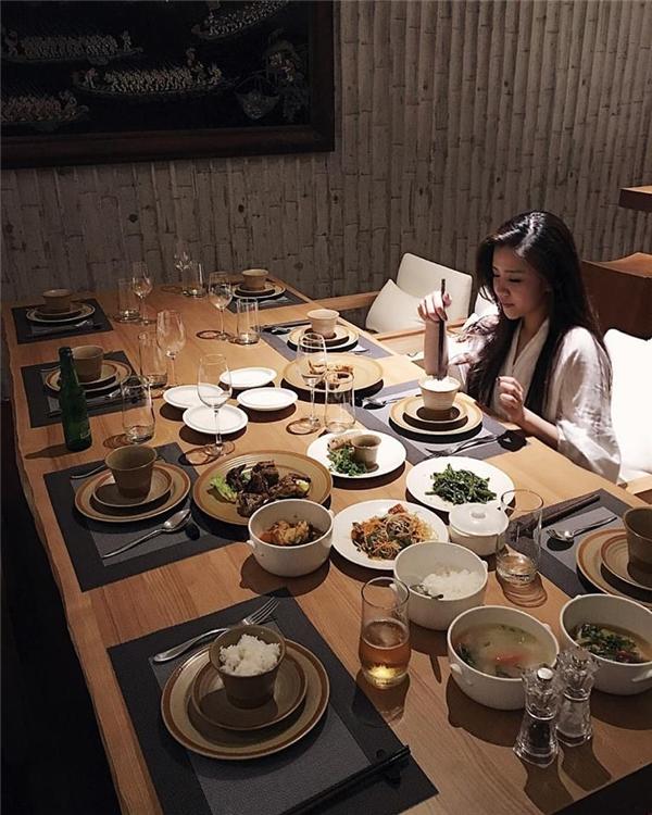 Một trong những bữa ăn thường ngày của Ông Thoại Liên được trình bàykhá thịnh soạn. - Tin sao Viet - Tin tuc sao Viet - Scandal sao Viet - Tin tuc cua Sao - Tin cua Sao
