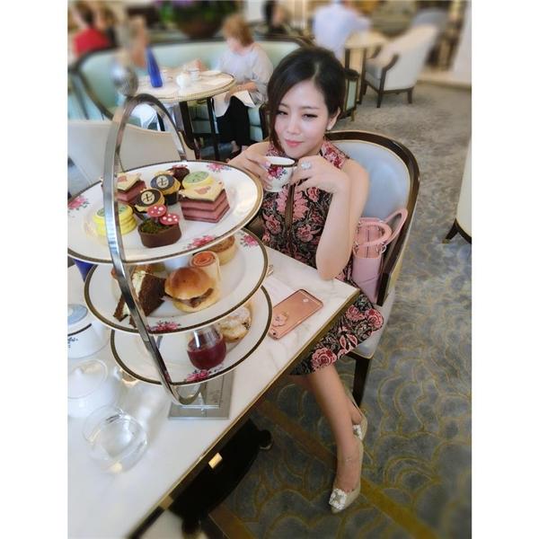 Em gái Ông Cao Thắng yêu thích phong cách thời trang sang trọng, mang màu sắc quý tộc. - Tin sao Viet - Tin tuc sao Viet - Scandal sao Viet - Tin tuc cua Sao - Tin cua Sao