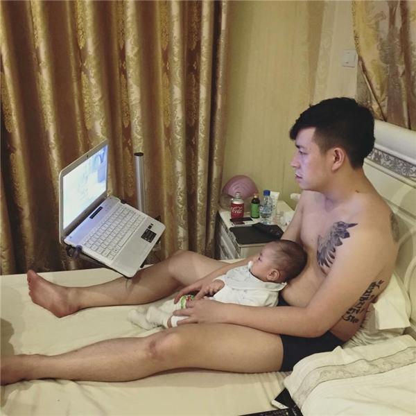 """""""Nếu không có con là ba đã ôm laptop rồi!"""" (Ảnh: Internet)"""
