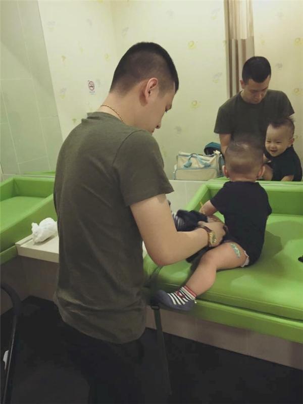 Cả đời ba từng làm rất nhiều việc. Và chăm sóc con chính là công việc cao cả nhất cuộc đời ba. (Ảnh: Internet)