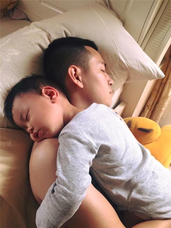 Đến lúc ngủ cũng không thể rời nhau. (Ảnh: Internet)