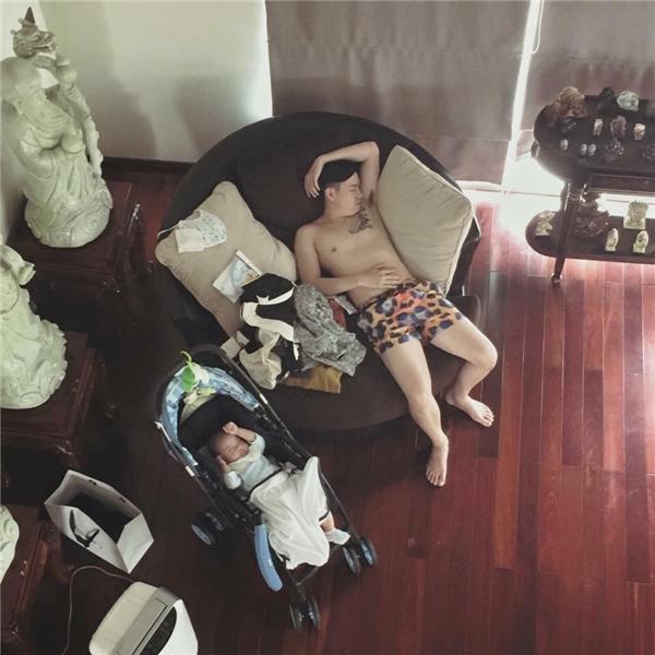 Cha con nhà này chơi mệt rồi thì chỉ biếtlăn ra ngủ. (Ảnh: Internet)