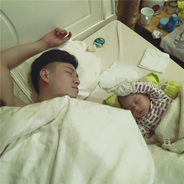 Đến lúc ngủ cũng giống nhau. Đúng là cha nào con nấy. (Ảnh: Internet)