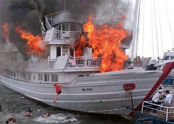 Hành khách nhảy khỏi chiếc tàu đang bốc cháy. Ảnh:Otofun.