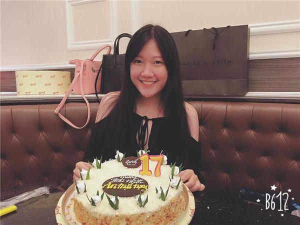 Buổi tiệc mừng sinh nhật tuổi 17 của cô nàng ngập tràn những món quà hàng hiệu đắt tiền. - Tin sao Viet - Tin tuc sao Viet - Scandal sao Viet - Tin tuc cua Sao - Tin cua Sao