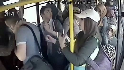 """Hả hê với đoạn clip gã """"dâm dê"""" bị chị em phụ nữ đánh hội đồng trên xe buýt"""