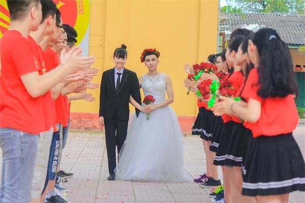 Theo đó, cặp đôi được lựa chọn làm nhân vật chính khoác lên mình trang phục áo cưới. Các thành viên còn lại làm nền với áo cờ đỏ, sao vàng, thể hiện tình yêu quê hương, đất nước.