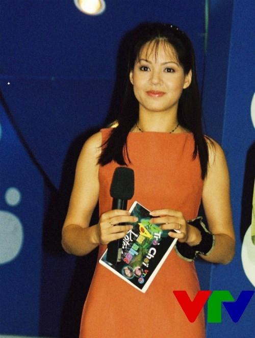 Không ít người đã phải thốt lên khi thấy bức ảnh thời mới vào nghề của BTV Diễm Quỳnh. Cô xứng đáng là hoa khôi của đài truyền hình Việt Nam. Nhiều người thắc mắc tại sao người đẹp lại không tham gia các cuộc thi nhan sắc. - Tin sao Viet - Tin tuc sao Viet - Scandal sao Viet - Tin tuc cua Sao - Tin cua Sao
