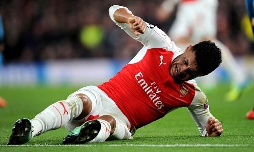 Alex Oxlade-Chamberlain dính chấn thương sau pha va chạm với Javier Mascherano