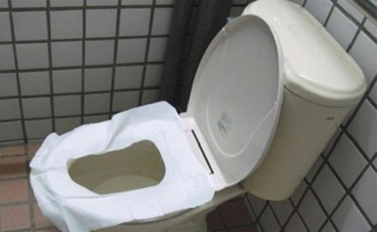 Lót giấy trên bồn cầu cho sạch sẽ: Nhưng hành động này sẽ
