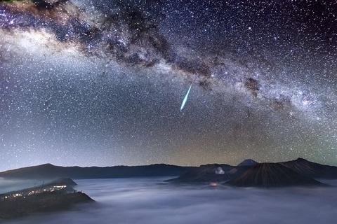 Các thiên thạch Eta Aquarid từ mảnh vỡ của sao Chổi Halley.
