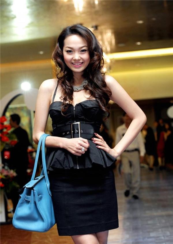 Chiếc túi Hermes Birkin dường như không mấy ăn nhập với trang phục của Minh Hằng. Thời điểm này, nữ ca sĩ vẫn chưa định hình được phong cách cá nhân.