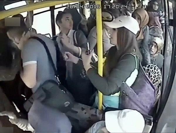 """Những hành khách nữ phía sau thấy cô gái trẻ cương quyết trừng trị gã """"yêu râu xanh"""", liền đồng loạt kéo lại cùng phụ giúp cô gái """"một chân"""". (Ảnh: Sohu.com)"""