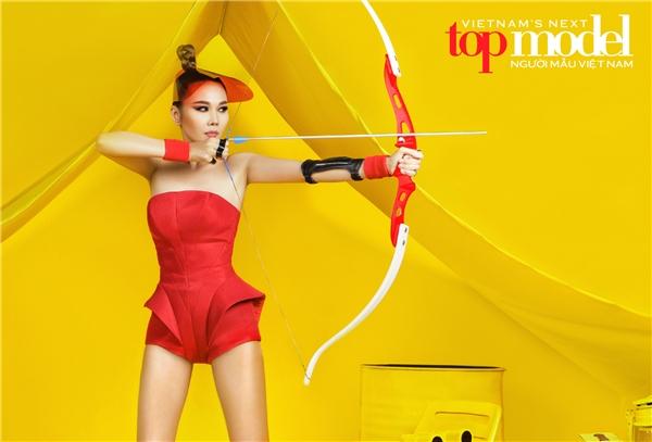 """Trong bộ ảnh mới thức hiện, Thanh Hằng thể hiện vẻ đẹp năng động, cá tính trong thiết kế jumpsuit với sắc đỏ nổi bật. Hình ảnh một xạ thủ của côthể hiện được tinh thần cũng như tiêu chí của mùa giải năm nay """"Phá bỏ mọi giới hạn""""."""