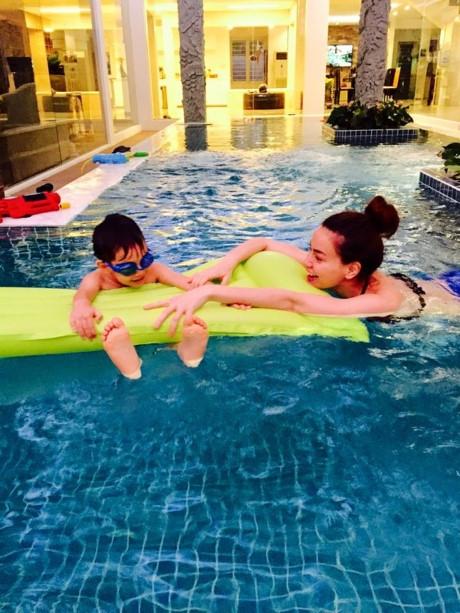 Hồ Ngọc Hà cũng từng khoe ảnh tươi cười rạng rỡ bên cạnh Subeo khi hai mẹ con đang bơi tại nhà. - Tin sao Viet - Tin tuc sao Viet - Scandal sao Viet - Tin tuc cua Sao - Tin cua Sao