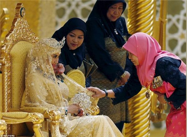 Bó hoa cầm tay của cô dâu được dát ngọc lóng lánh.