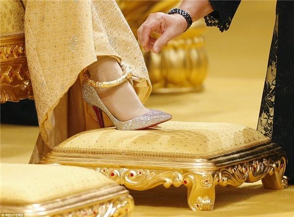 Cô mang đôi guốc dát pha lê Swarovski của Christian Louboutin, bên trên là chiếc vòng cổ chân làm từ vàng nguyên chất.
