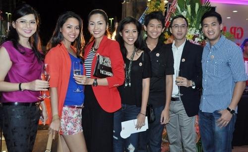 Nữ diễn viên rấtđược lònggia đình nhà chồng. Vì thế trongmỗi dịp sự kiện có mặt các thành viên của gia đình, Hà Tăng đều chụp hình rạng rỡ, hạnh phúc. - Tin sao Viet - Tin tuc sao Viet - Scandal sao Viet - Tin tuc cua Sao - Tin cua Sao
