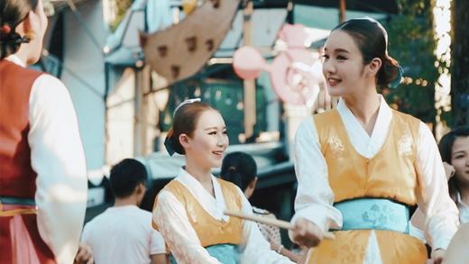 """Cận cảnh gái Hàn khiến dân mạng """"điên đảo"""" khi xuất hiện tại Festival Huế"""