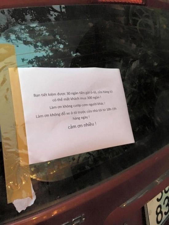 """Lời cảnh báo ý nhị nhưng cũng rất thâm sâu: """"Bạn tiết kiệm được 30 ngàn tiền gửi ô-tô, cửa hàng tôi có thể mất khách mua 300 ngàn!Làm ơn không cướp cơm của người khác! Làm ơn không đỗ xe ô-tô trước cửa nhà tôi từ 10g-19g hàng ngày!Cảm ơn nhiều!"""". (Ảnh: Internet)"""