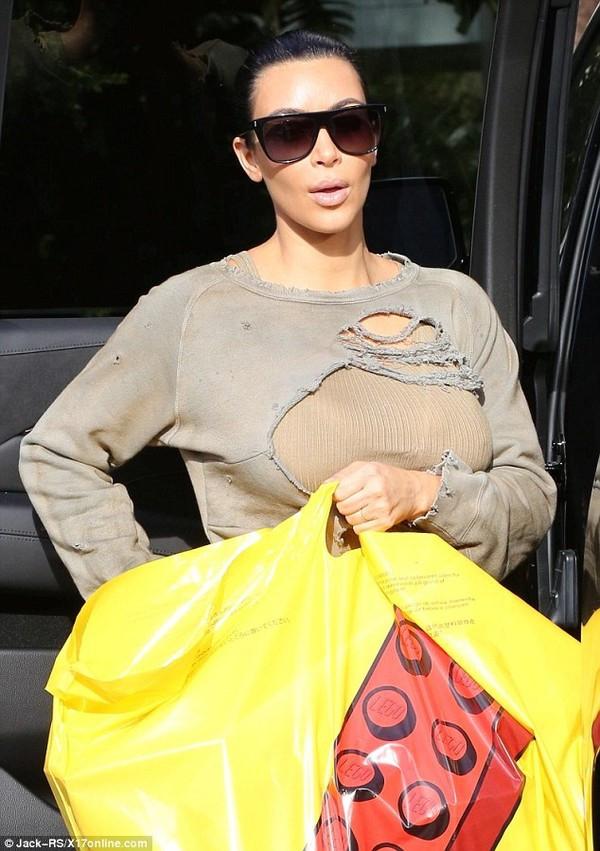 Chiếc áo mà Kim Kardashian có vết rách trông như bị ai đó xé toạc ra.