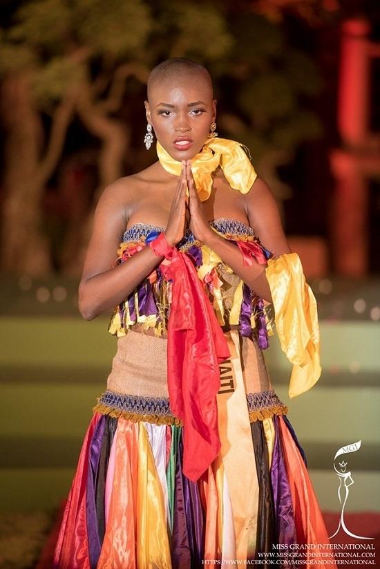 Chiếc váy của người đẹp dự thi Hoa hậu Hòa bình Thế giới như sự chắp vá của hàng loạt miếng vài vụn một cách vô ý.