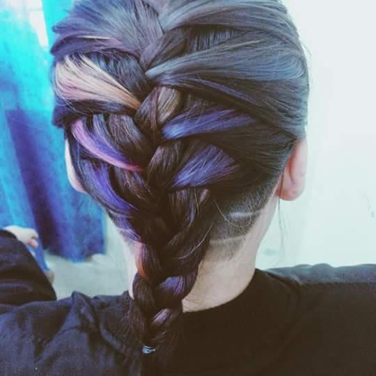Ngay cả những mái tóc tết bím điệu đà vẫn có thể kết hợp với mốt tóc undercut cá tính, mạnh mẽ.