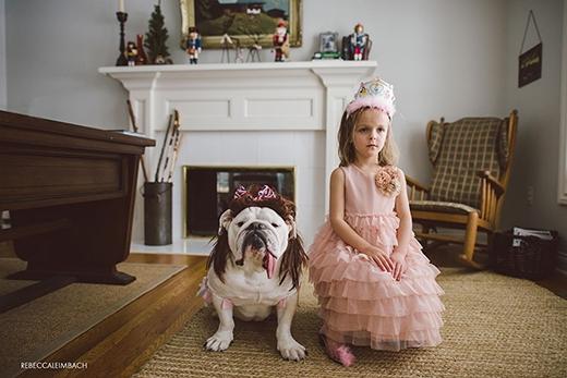 Cặp chị em công chúa dễ thương, xinh xắn với vương miện và đầm hồng đúng điệu. (Ảnh: Rebecca Leimbach)