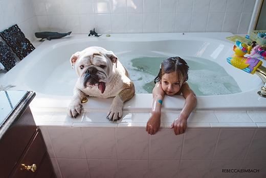 """""""Hai chị em"""" thậm chí còn tắm chung với vẻ rất thích thú. (Ảnh: Rebecca Leimbach)"""