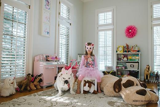 Sau khi bị cải trang thành thỏ thì Lola giận đến không thèm nói chuyện với ai trong nhà. (Ảnh: Rebecca Leimbach)