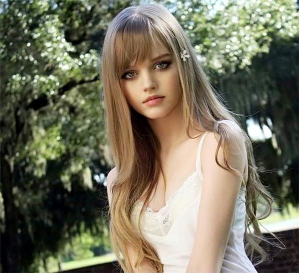 Cô gái sinh năm 1995 hiện sống tại Tokyo, Nhật Bản. Nhờ thân hình chuẩn, gương mặt sáng, cô được mời gia nhập Bravo Models - công ty người mẫu quốc tế hàng đầu Nhật Bản.